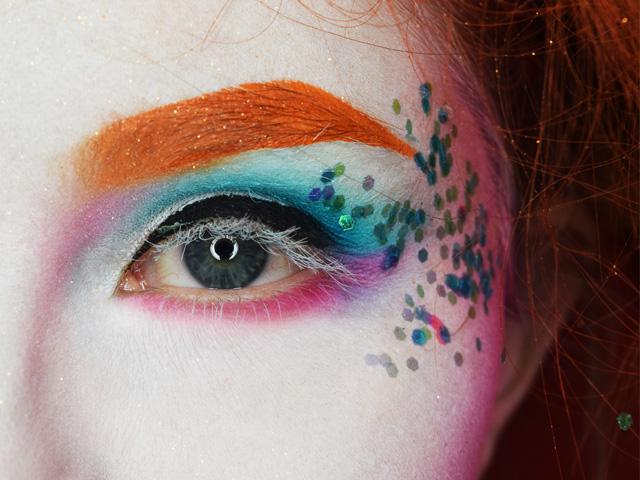 7) Utiliza el Velvet Lipstick Miss Dark para maquillar los labios y aplica  el Velvet Lipstick Azalea en el centro para darle un toque de luz. 9d5e415a38a